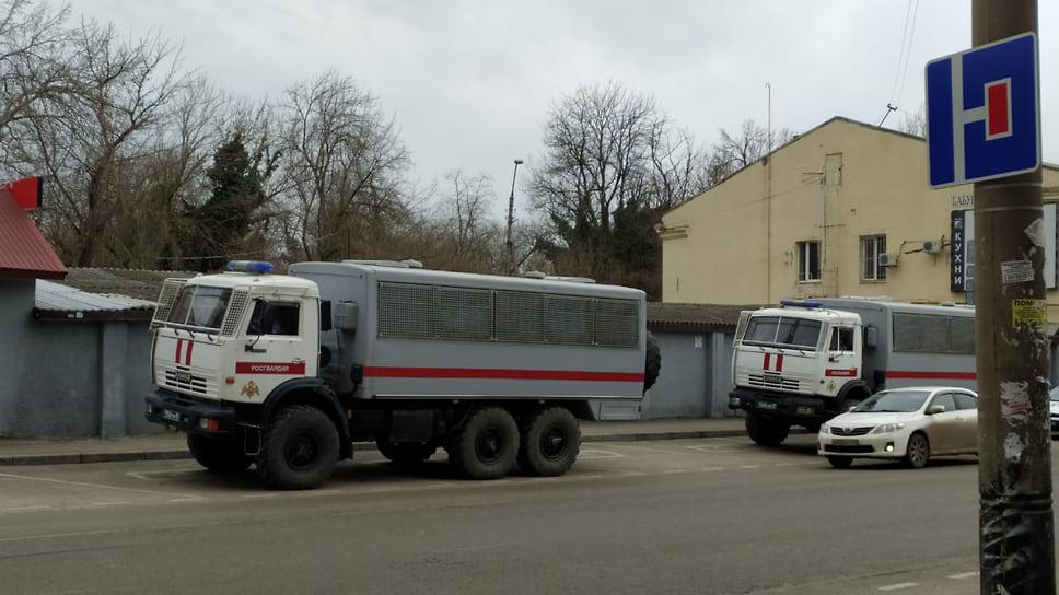 На улицах дежурят полицейские и спасательные службы