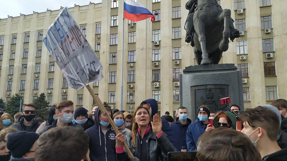 Женщина говорит с митингующими