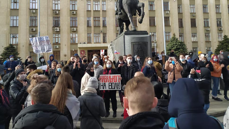 Девушка держит плакат