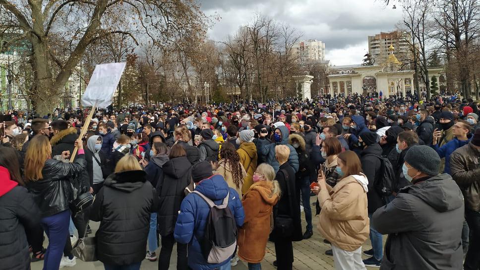 Люди собрались у памятника казачеству