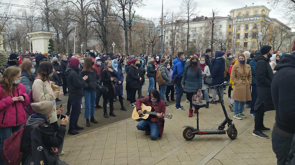 Митингующие слушают песню