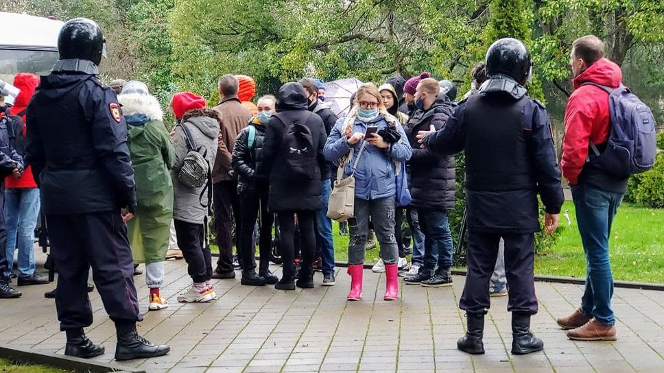 В Сочи полиция останавливала  прибывающих на площадь Искусств протестующих, проверяла у них  документы и задерживала