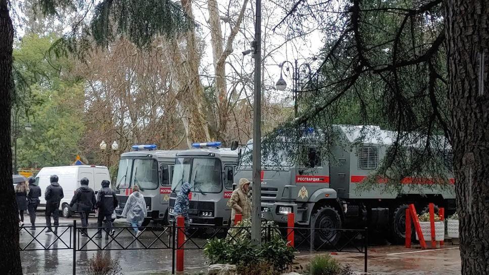 Задержанных участников акции увозили с площади на маршрутных автобусах. По данным «ОВД-инфо», в отделы полиции города доставлен 51 человек