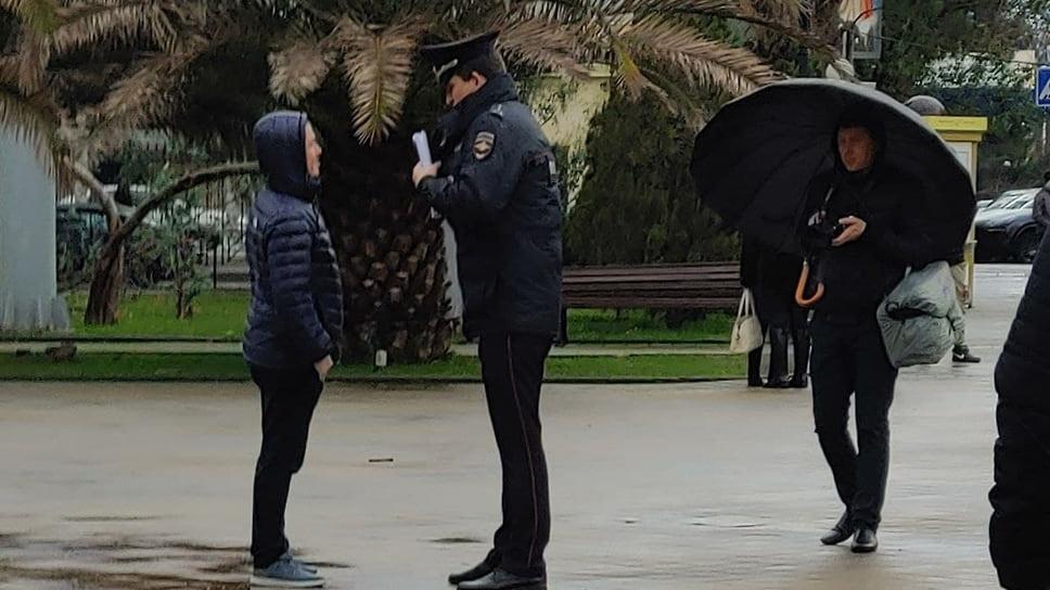 На центральных улицах Сочи с самого утра дежурили силы полиции, ОМОН, Росгвардии