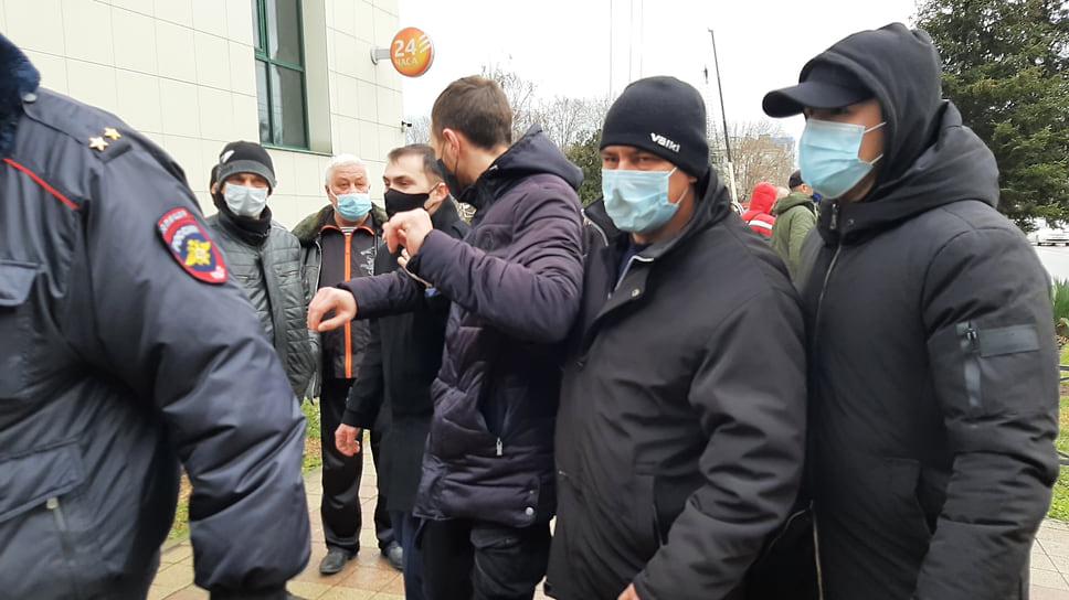 К зданию мэрии участников акции не пустили полицейские. Начались  задержания. По наблюдениям корреспондента «Ъ-Кубань» задержаны семеро