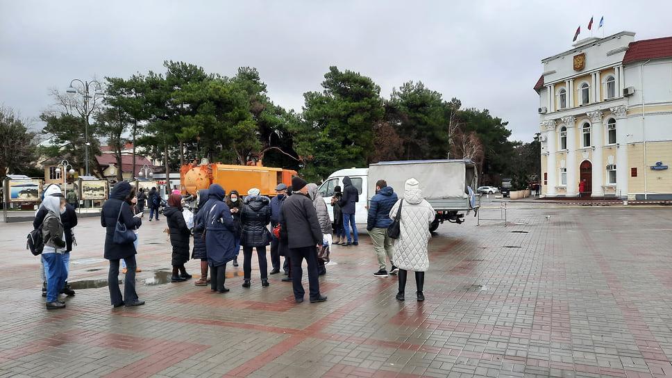1. Второй несанкционированный митинг в поддержку Навального в Геленджике собрал около 20 участников. Центральная площадь с утра была огорожена в связи с работами коммунальных служб
