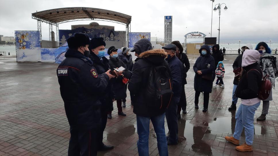 Представители полиции подошли к собравшимся в Геленджике, попытались проверить документы, но получили отказ