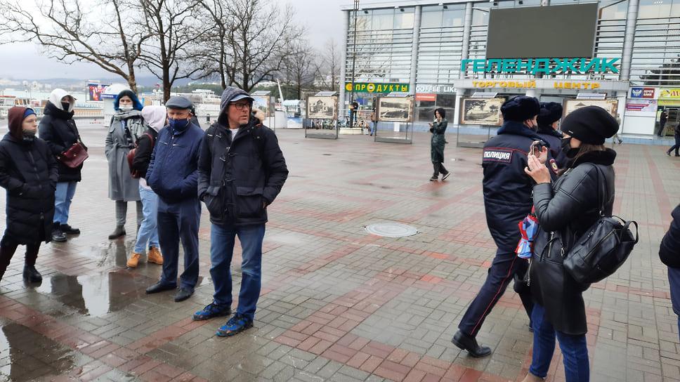 Сотрудники полиции Геленджика не стали конфликтовать с собравшимися и отошли в сторону