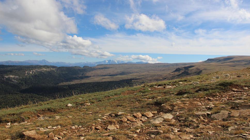 Плато расположено между хребтом Каменное море (на востоке) и горой Мессо (на западе). На юго-западе примыкает Фишт-Оштенский горный массив