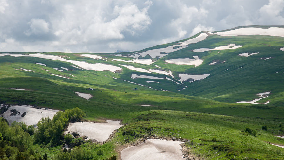 Лагонакское нагорье обладает более чем 1 тыс. уникальных пещер, ставших укромным жилищем для представителей флоры и фауны региона