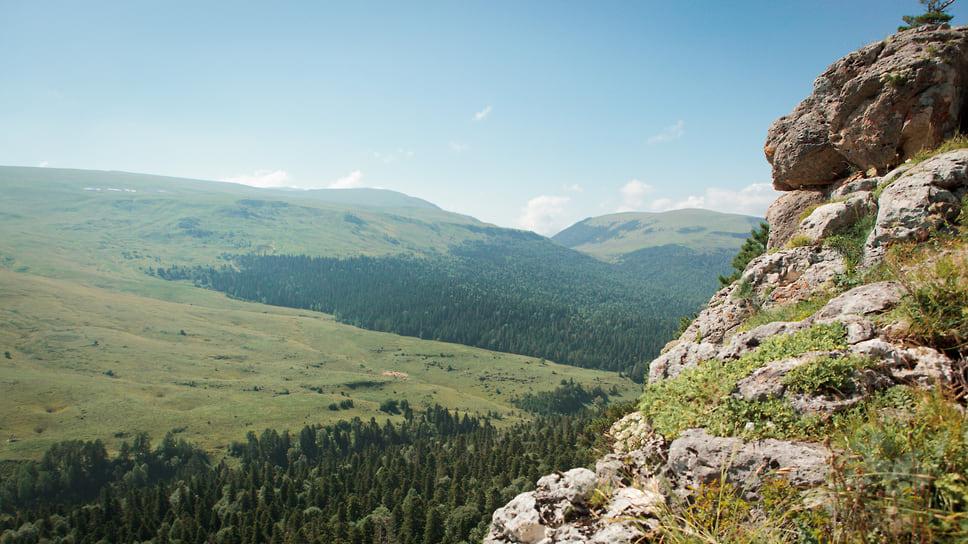 Плато Лаго-наки расположено на Западном Кавказе, на высоте до 2 200 метров (средняя высота около 2000 метров), известное альпийскими лугами