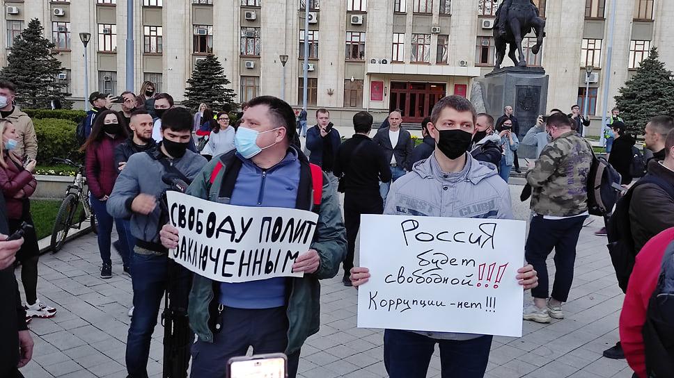Помимо лозунгов в поддержку Навального протестующие выступали против коррупции и требовали освободить политзаключенных