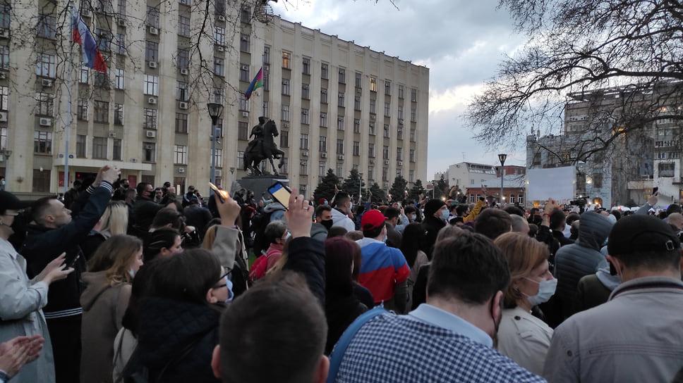 Более активные участники собрались на площади перед зданием администрации Краснодарского края
