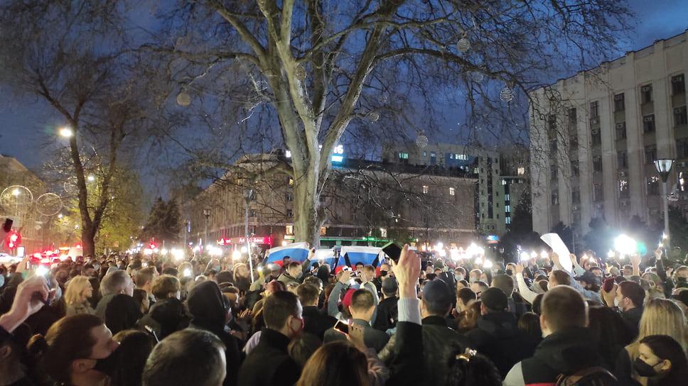 Когда стемнело митингующие начали зажигать фонарики на мобильных телефонах
