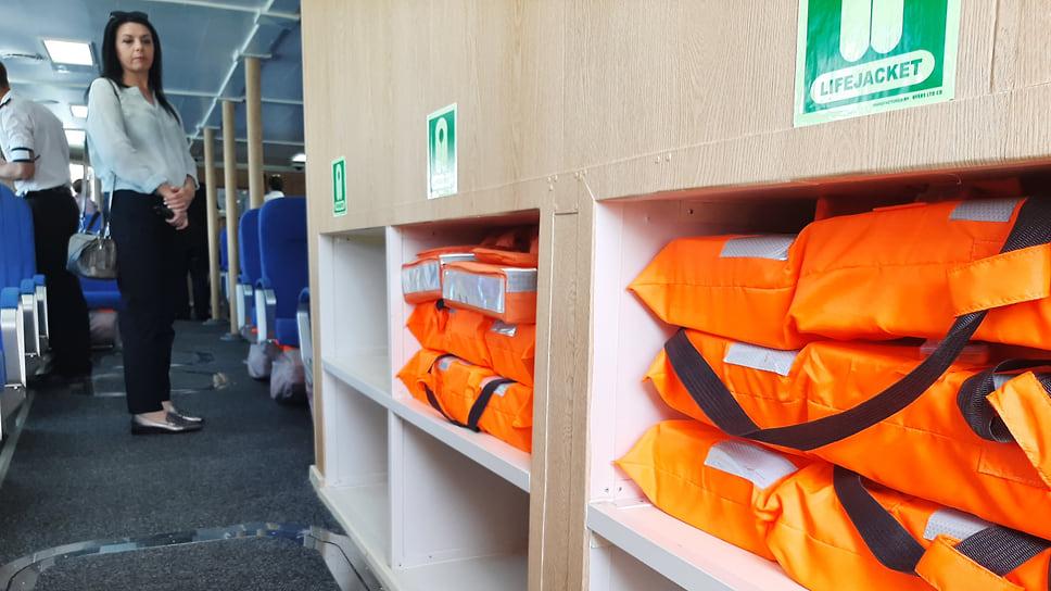Катамаран обеспечен шестью спасательными плотиками вместимостью 50человек каждый, атакже спасательными жилетами поколичеству пассажиров