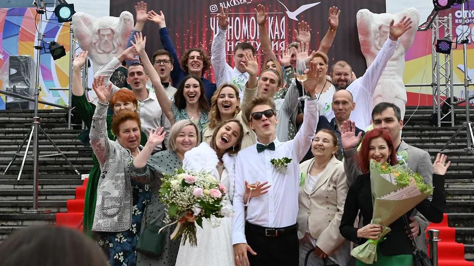 2. «Черноморская киностудия» в день открытия сезона организовала на площади им. Погодина открытую съемочную площадку, куда заглянули молодожены