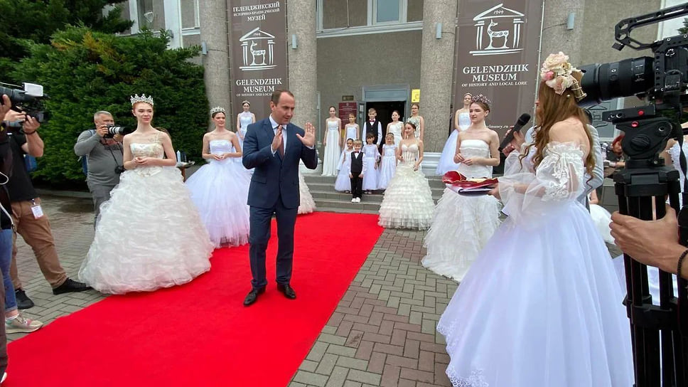 Глава Геленджика Алексей Богодистов посетил интерактивную программу «Белая невеста – символ красоты»
