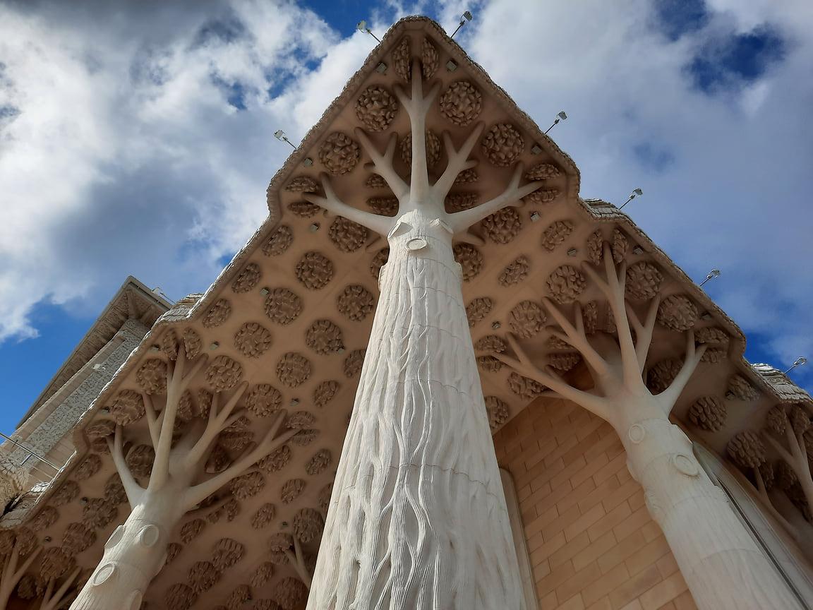 Здание окружено колоннадой в виде деревьев – символом бескрайних лесных просторов России