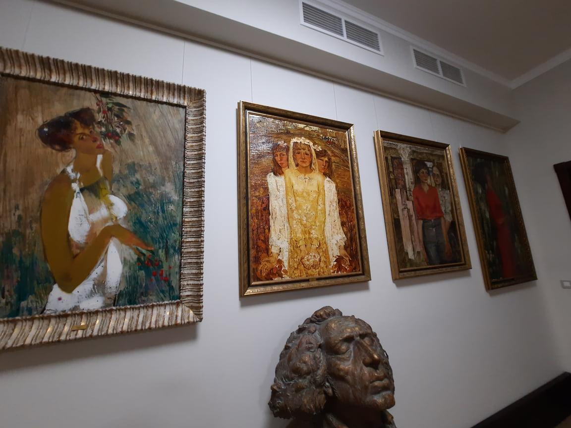 Экспозиция галереи представлена русской иконой, церковным декором, резьбой и деревянной скульптурой XVI-XIX веков, а также работами российских художников и скульпторов XIX и XX веков. Стоимость коллекции составляет около 200 млн руб.