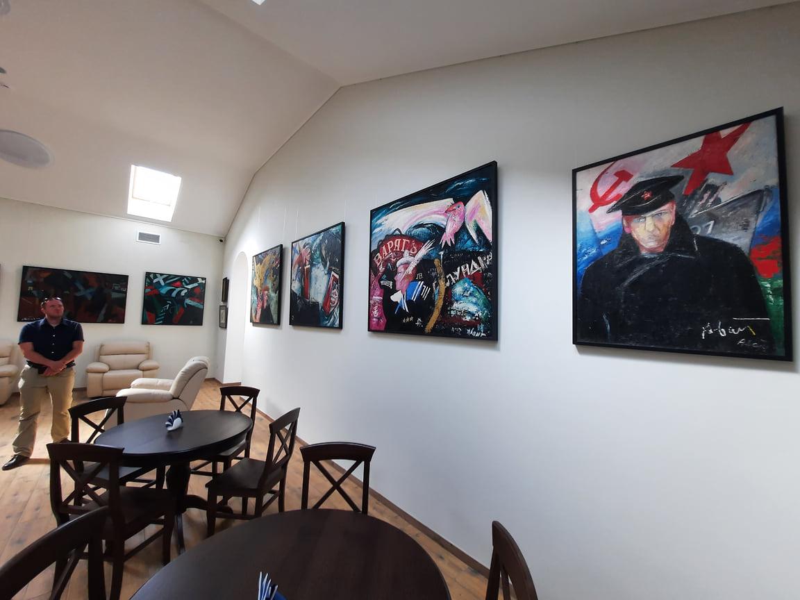 В залах галереи стоят кресла и диваны для посетителей. Так зрители смогут дольше наслаждаться произведениями искусства