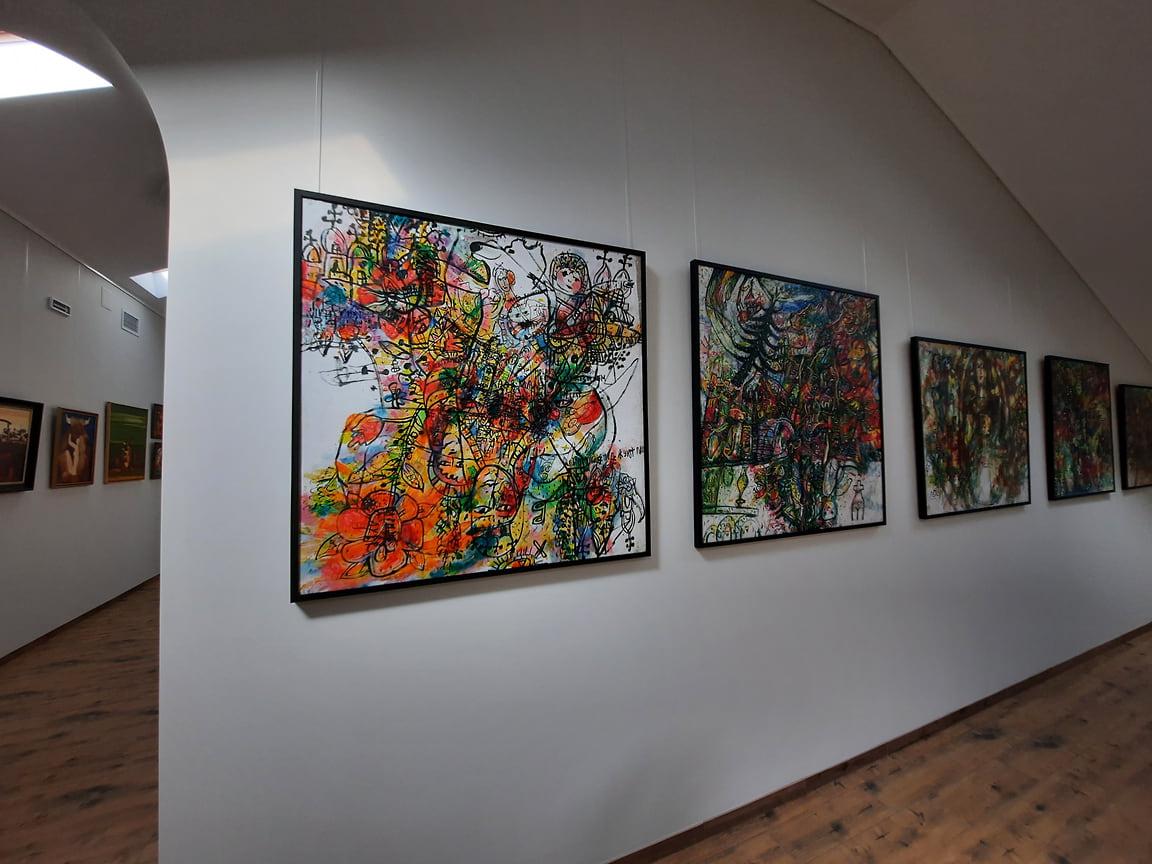 Еще пять залов галереи «Дома искусств», предназначенных для организации временных экспозиций, расположены на третьем этаже. Территория сменных выставок соседствует с арт-кафе