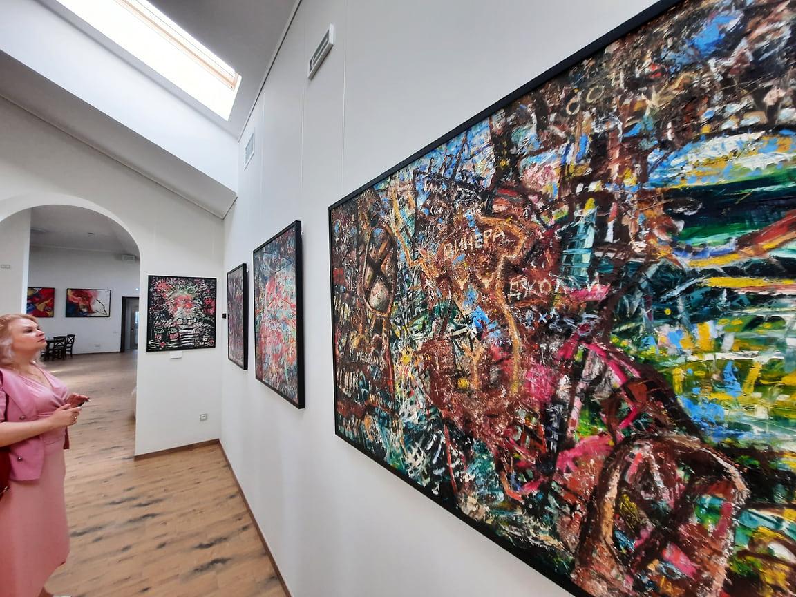 В сменных экспозициях планируется задействовать работы молодых художников. «Постоянная действующая выставка – это точка отсчета, ниже которой мы вряд ли будем демонстрировать кого-то, выше – с удовольствием», - отметил Александр Алексеев