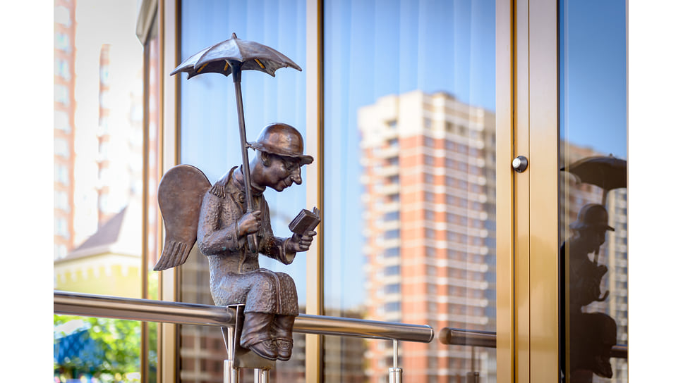 Копия известной скульптуры Романа Шустрова «Петербургский ангел». Находится недалеко от стадиона «Краснодар» у дома по ул. Жлобы, 141 у входа в магазин.