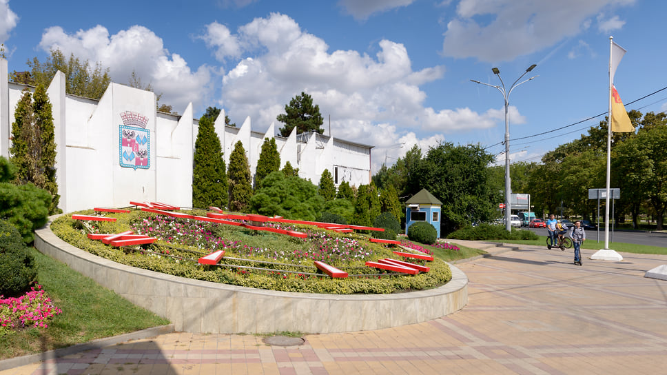 Цветочные часы считаются одной из современных достопримечательностей Краснодара. Композиция на пересечении улиц Красная и Гаврилова появилась в сентябре 2007 года. Диаметр циферблата равен 10,5 м.
