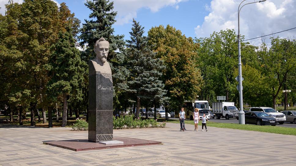 Бюст революционера Феликса Дзержинского был установлен в 1981 году  в сквере на пересечении одноименной улицы и Шоссе Нефтяников. Авторы бюста - скульптор О. Коломойцев и архитектор В. Карпычев.
