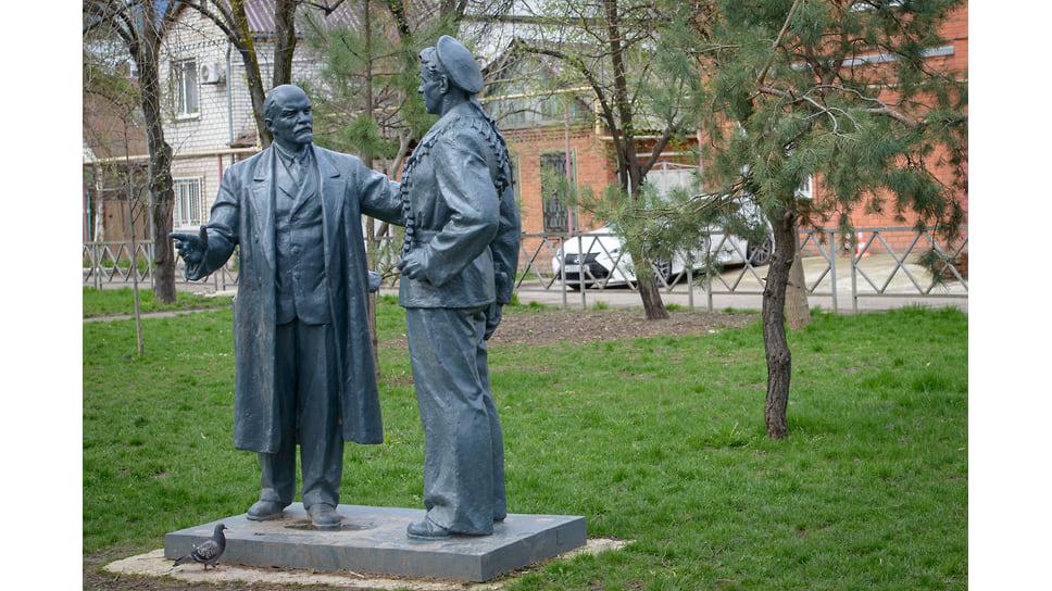 Скульптуру «Ленин говорит с матросом» отреставрировали и в январе 2020 года установили в сквере на углу Суворова и Ленина. Композицию отлили в середине 50-х гг. на заводе в Мытищах, раньше она стояла на территории МЖК.