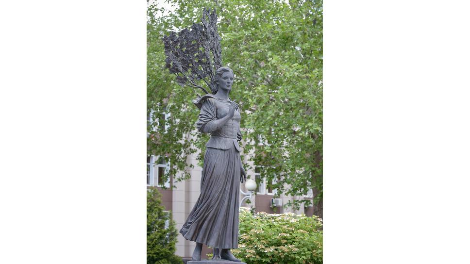 Памятник Кларе Лучко открыт в сентябре 2008 года на ул. Постовая в центре Краснодара у гостиницы Платан. Он изображает актрису в образе казачки. Скульптура высотой 3,5 метра установлена на гранитном постаменте. В работе скульпторам Дарье Успенской и Виталию Шанову помогала дочь актрисы Оксана.