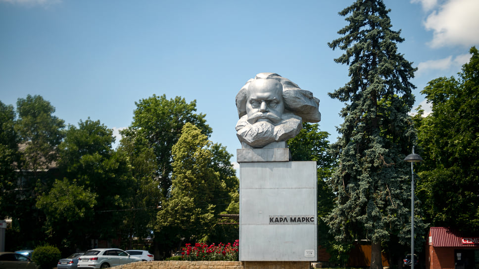 В Краснодаре есть два памятника Карлу Марксу. Один из них находится на Ейском шоссе в районе поселка Берёзового возле Витаминкомбината. Монумент был установлен в 1966 году. Есть версия, что бюст по ошибке прибыл в Краснодар вместо Красноярска.
