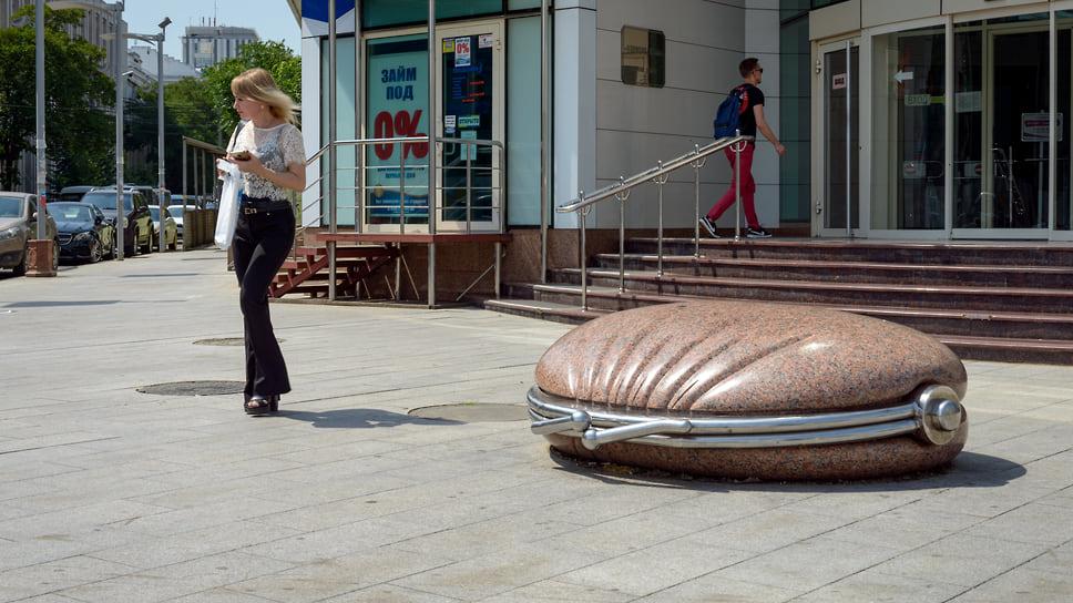 «Кошелек» расположен у делового центра на пересечении улиц Гоголя и Красноармейской. Открыт в сентябре 2008 года. По версии сайта tutu.ru, краснодарский «Кошелек» входит в Топ-50 самых оригинальных памятников России, хотя в мире хватает похожих памятников.