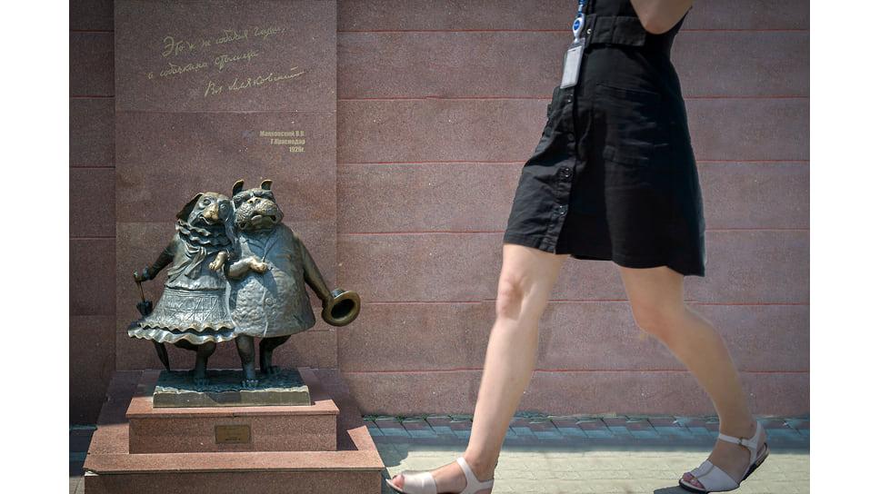 Композиция «Собачкина столица» установлена в 2007 году на перекрестке ул. Красной и ул. Мира. Автор - скульптор Валерий Пчелин. Ее негативно восприняли краснодарские историки и краеведы. «Cобачкина столица» вошла в топ самых странных памятников в России по версии журнала «Русский мир».