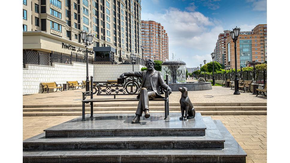 Памятник Ивану Тургеневу и его любимой собаке Бубульке. Скульптурная композиция появилась на аллее жилого комплекса «Тургенев» в ноябре 2018 года. Автор памятника - скульптор Мигран Арутюнян.