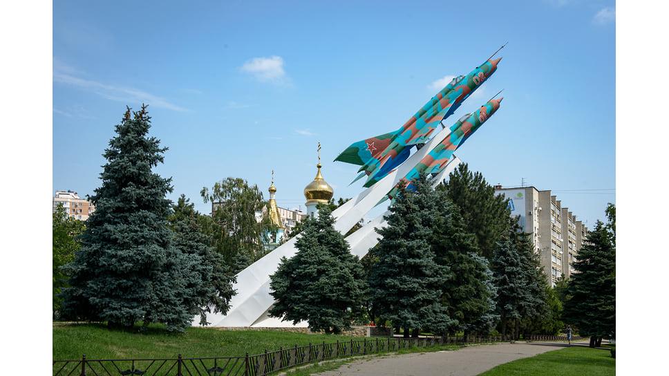 Памятник «Подвиг отцов – крылья сыновей» (чаще его называют «Два самолета») открыт 8 мая 1985 г. и находится на пересечении улиц Тургенева и Яна Полуяна.