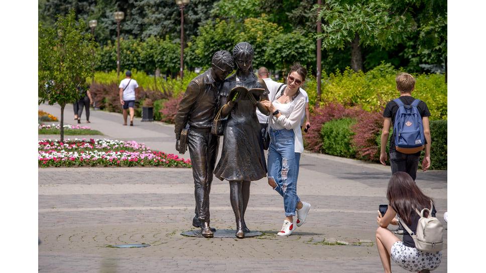 Бронзовая скульптура «Студенты» появилась в мае 2012 года и изображает героев комедии Леонида Гайдая Шурика и Лиду, идущих по городу с конспектом. Расположена в районе пересечения улиц Красной и Хакурате напротив корпуса КубГТУ. Авторы - известные скульпторы Валерий Пчелин и Алан Корнаев.