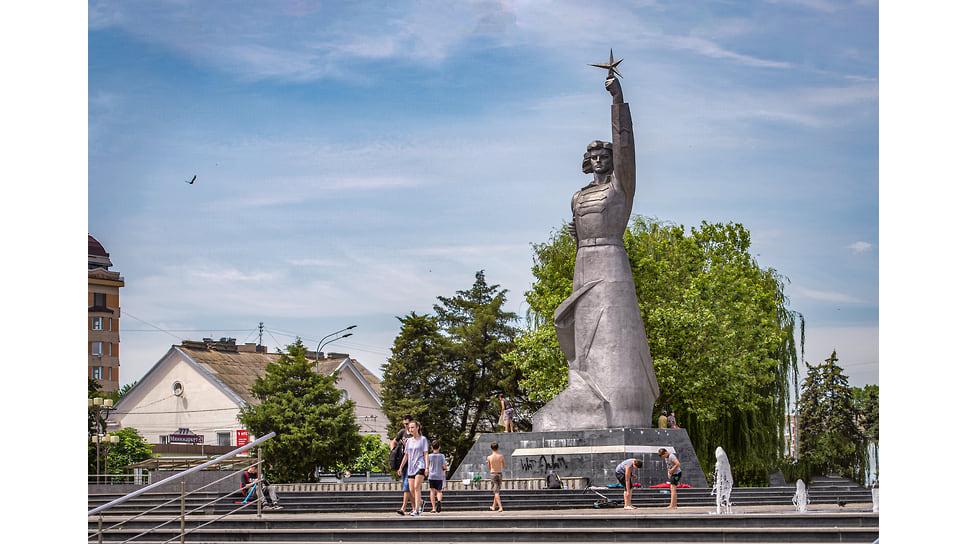 Аврора – самый узнаваемый памятник Краснодара, был открыт в 1967 году и выполнен в стиле советского конструктивизма. Скульптура, олицетворяющая богиню-победительницу, создана скульптором Иваном Шмагуном, архитектором Евгением Лашуком, отчеканил фигуру А. Моров. Раньше на этом месте располагался казачий караульный пост.