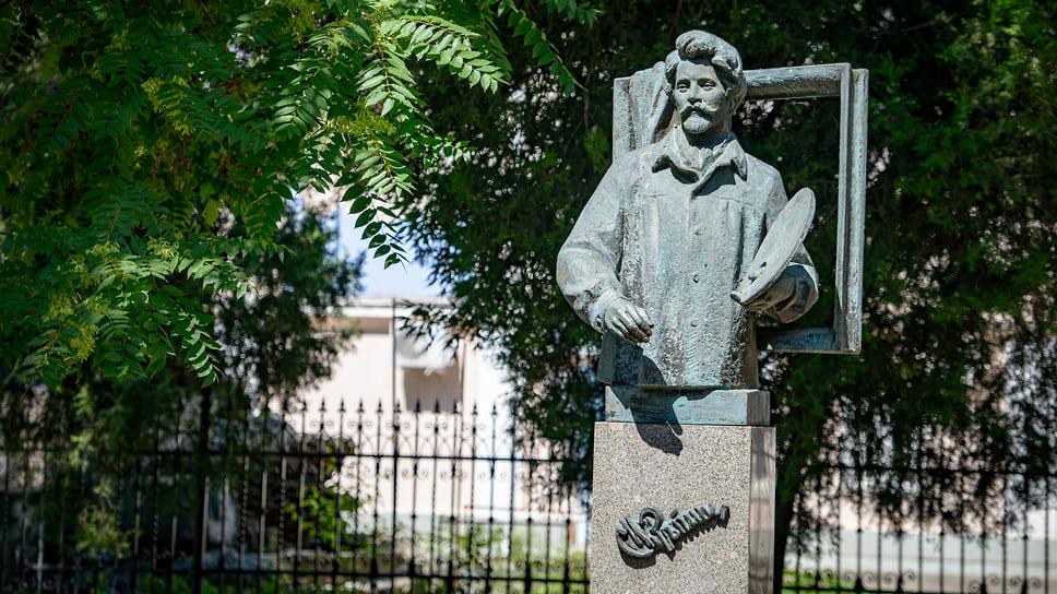 Памятник Илье Репину был установлен в 1993 г. у Художественного музея, на ул. Красной, 13, скульптор -  Ольга Яковлева. Во многом благодаря поддержке Репина в столице Кубани открылось Художественное училище, а дружба с Федором Коваленко привела к созданию картинной галереи.