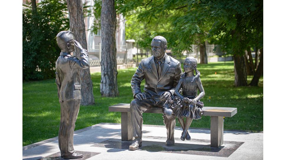 Скульптура «Связь поколений» была установлена летом 2015 года на улице Постовой в районе лицея №48. Прообразом ветерана стал Григорий Тоноян, который прошел всю войну с первых дней до взятия Берлина.