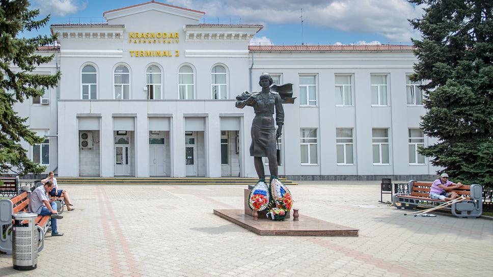 Памятник командиру 46-го гвардейского Таманского женского авиаполка Евдокии Бершанской установлен на площади у аэропорта в 1988 году. Автором стал известный на Кубани скульптор Александр Аполлонов.