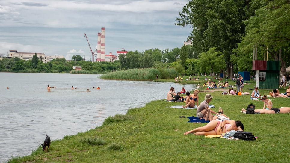 Жители кубанской столицы загорают на берегу озера Старая Кубань в парке «Солнечный остров»