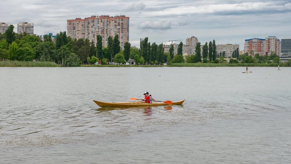 Мальчик на байдарке плывет по озеру Старая Кубань