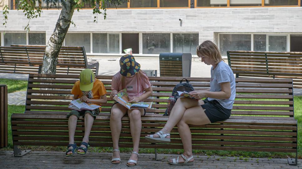 Чтение в тени – прекрасный способ борьбы с жарой и для детей, и для взрослых.