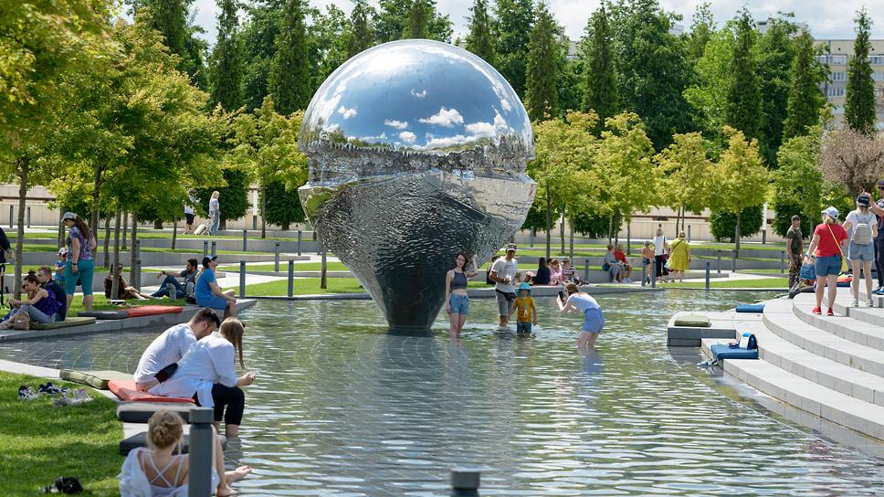 У арт-объекта «Гео-локация» («Перевернутая капля») в парке «Краснодар» всегда людно и комфортно.