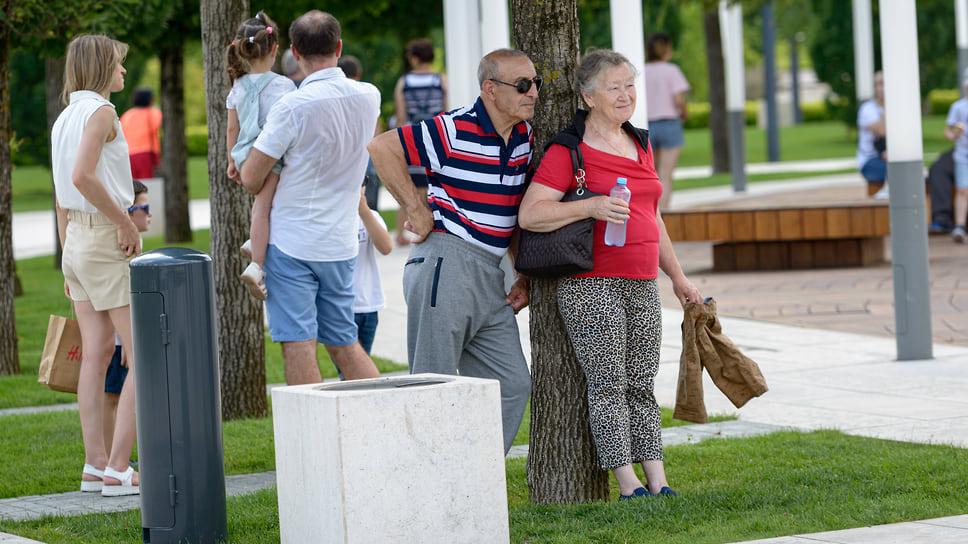 Пожилая пара наблюдает за отдыхающими. Парк «Краснодар»