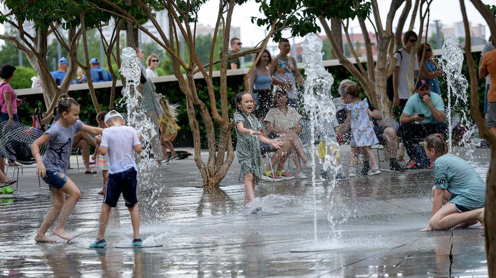 Дети купаются в фонтане «Бугенвиллия» в парке «Краснодар»