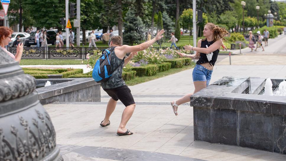 Молодежь у фонтана на улице Красной у памятника Святой Великомученице Екатерине.