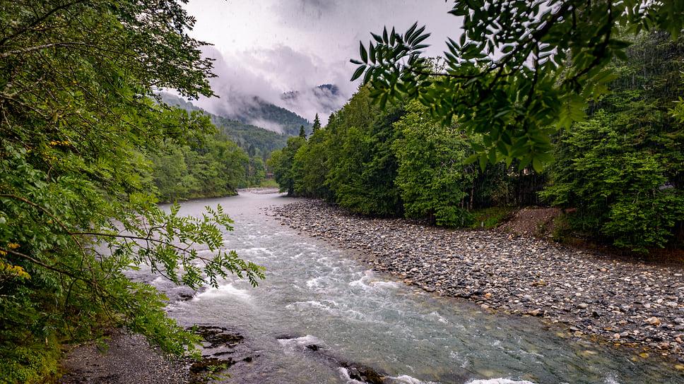 Течение в реках может быть бурным и опасным, особенно после дождей