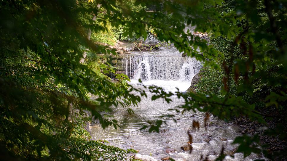 Неподалеку от кордона Гузерипль на реке Молчепа построена небольшая плотина для маленькой действующей гидроэлектростанции. Поток воды образует искусственный водопад, который любят фотографировать посетители заповедника